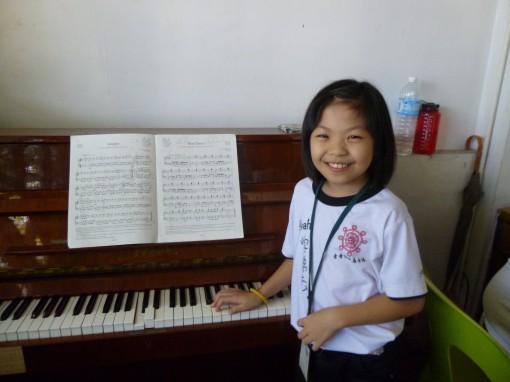 在2013年的结业典礼,我负责弹钢琴 :)  记得来捧场哦!