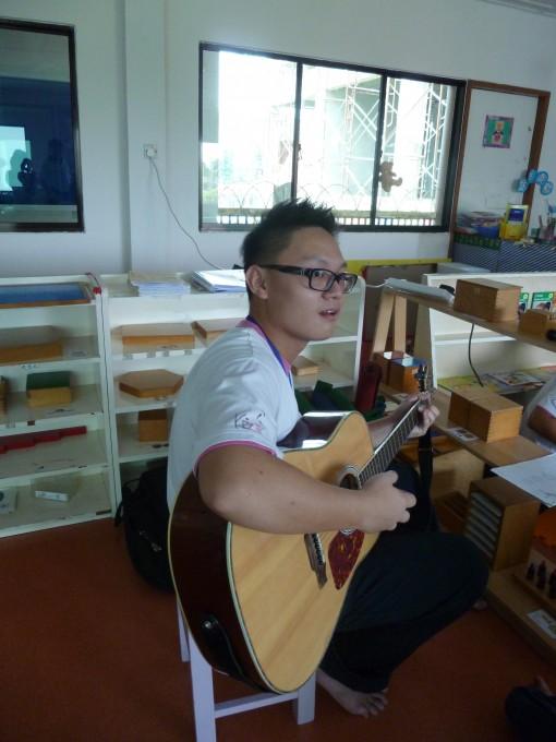 学生:老师、我们可以开始了吗? 老师:好,我们开始吧!吉他已准备!