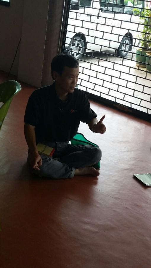 老师正在用心地讲课。